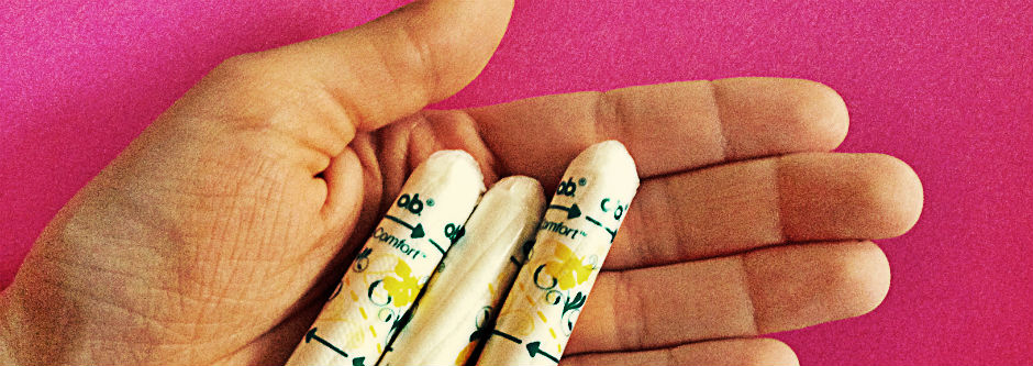 Hand hält Tampons.